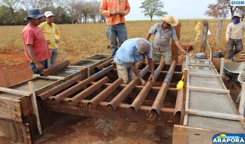 Imagem destaque notícia Prefeitura atende produtores e instala mata-burros na zona rural