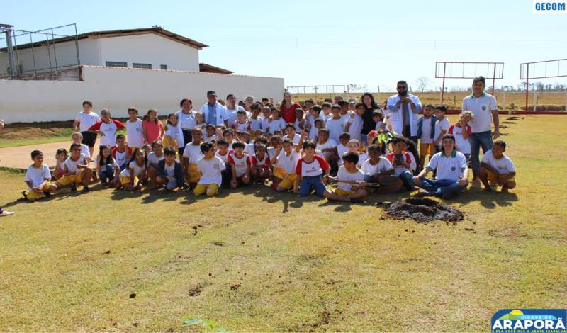 Imagem destaque notícia Escola Prefeito Wilmar envolve alunos em plantio de mudas
