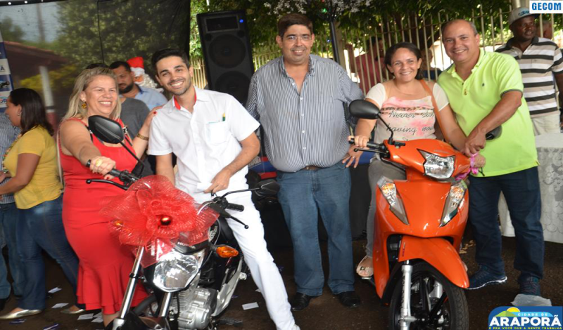 Imagem destaque notícia Prefeitura de Araporã reúne funcionários para confraternização, sorteio de motos e entrega de Cartão de Natal