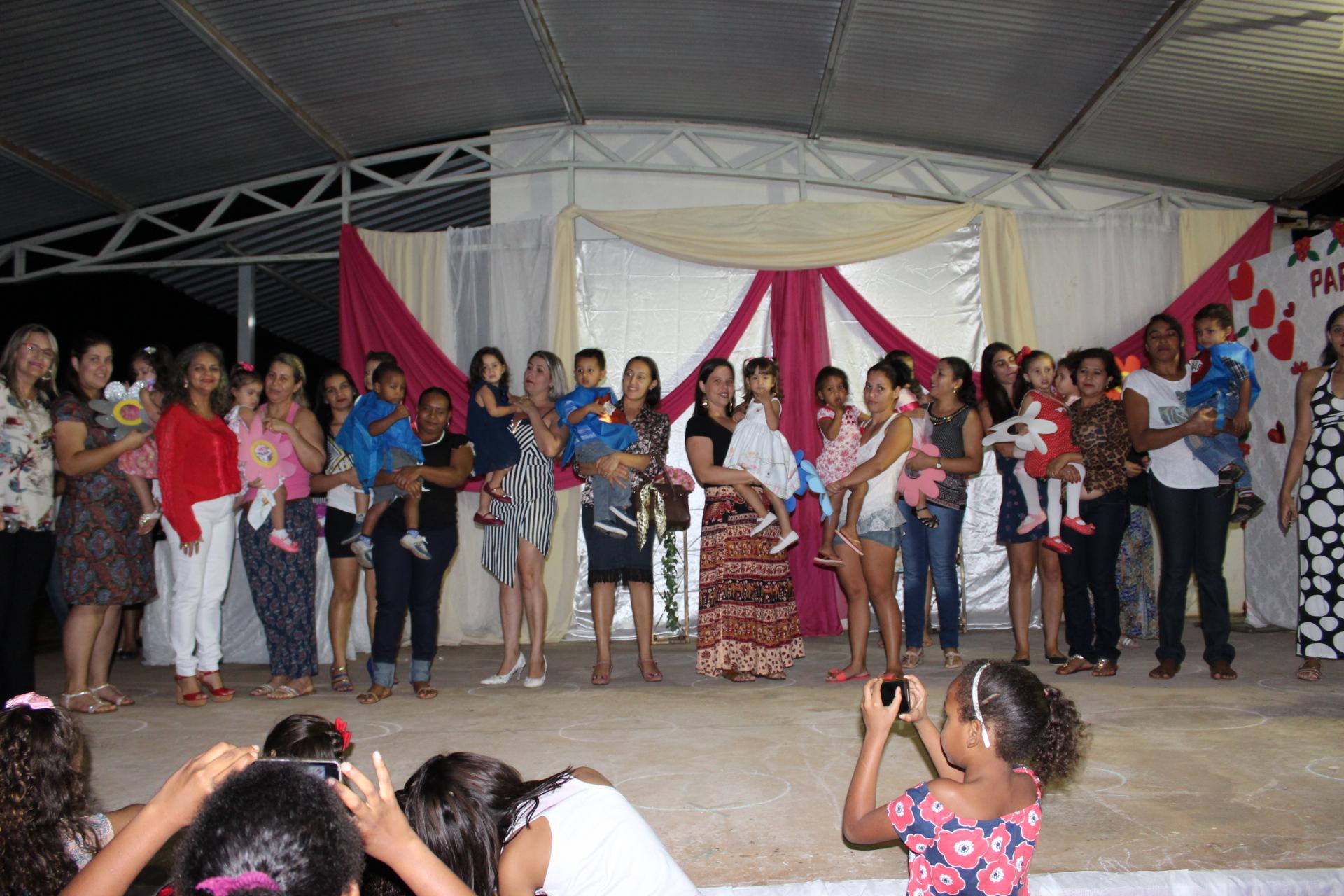 Apresentação dos alunos e professores em homenagem ao Dia das Mães (22)