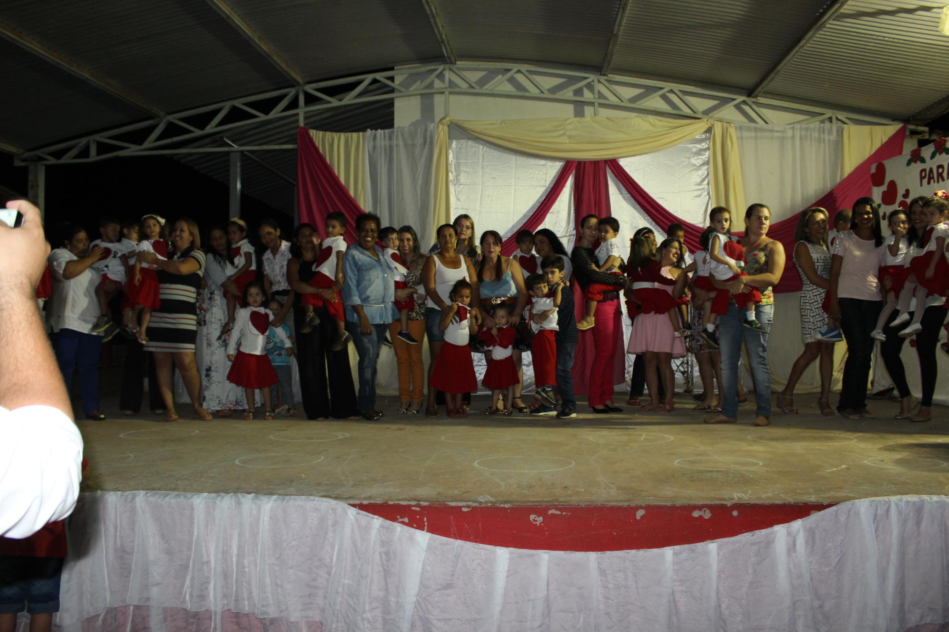 Apresentação dos alunos e professores em homenagem ao Dia das Mães (24)