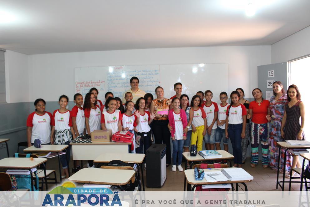 Imagem destaque notícia Prefeita Renata Borges recebe homenagem de alunos da Escola Olintha